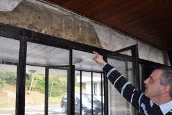 Správca Dušan Jurík ukazuje miesto, kde je opadaná omietka.