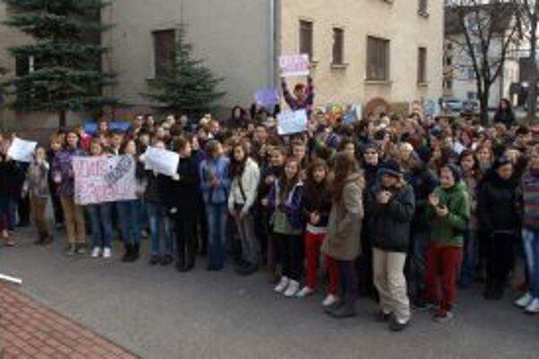 Študenti pred budovou gymnázia.