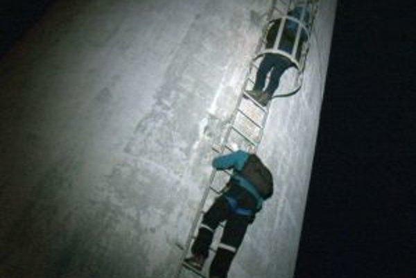 Na lezcov čakal na zemi polícia.