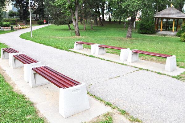V Parku M. Kukučína sú už nové lavičky.