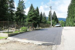 Pred cintorínom je namiesto trávy ablata asfalt.