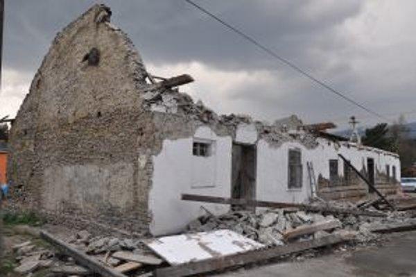 Kamenná klenba murovanej prístavby zasypala dvoch mužov.