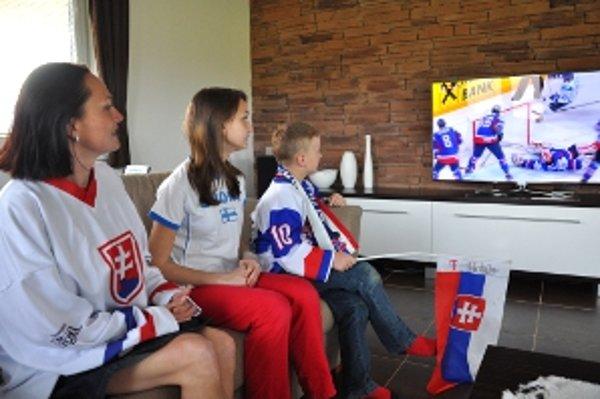 Slovensko fínska rodina pri sledovaní hokejového zápasu.