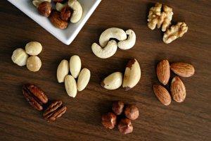Orechy a semená. Napríklad mandle, vlašské orechy, makadamové orechy, lieskové orechy, kešu, slnečnicové semienka, tekvicové a ľanové semienka.