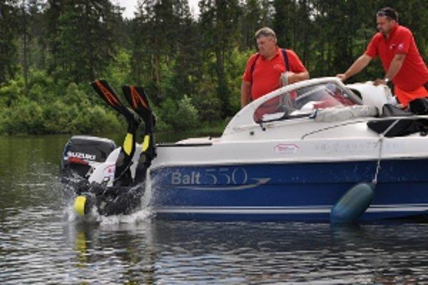 Potápač z Orava rescue systém skáče do Oravskej priehrady.