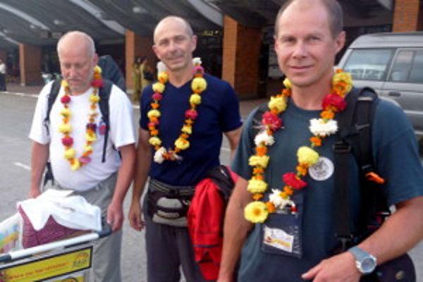 V Nepále všetci spolu - zľava Peter Šperka, Anton Dobeš a Tvrdošínčan Milan Džugan.