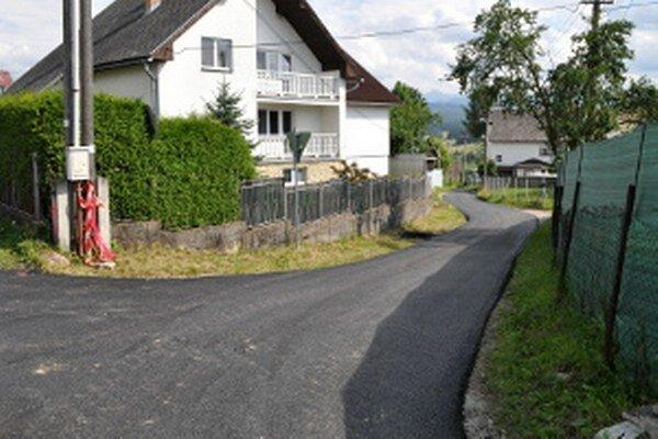 Nový asfaltový povrch.