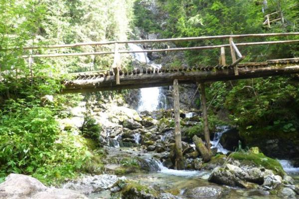 Kaskádovitý vodopád dostal meno po Andrejovi Kmeťovi. Pomenoval ho Miloš Janoška, nestor slovenskej turistiky.