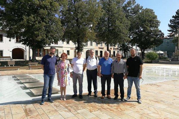 Grécka delegácia s primátorkou Prievidze na Námestí slobody.
