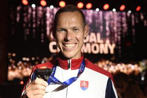 Slovenský chodec Matej Tóth pózuje so striebornou medailou.