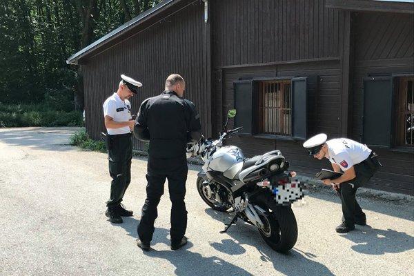 Polícia sa zamerala na motorkárov na priechode Havran.
