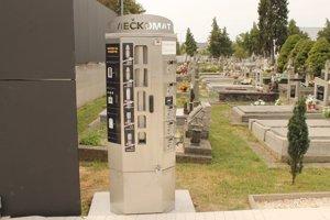 Sviečkomat na trebišovskom cintoríne.