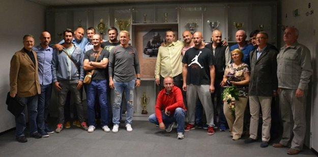 Ján Müller (štvrtý sprava)  bol jedným z ocenených za významný prínos pre lučenecký basketbal počas otvorenia Basketbalovej galérie v septembri 2016.