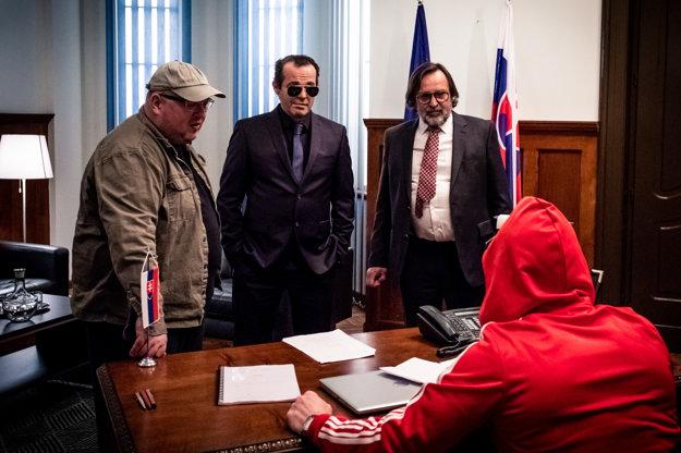 V seriáli Ministri povedie Jozef Vajda rezort zdravotníctva. Na snímke s Mariánom Miezgom ako ministrom vnútra a režisérom Edom Kudláčom.