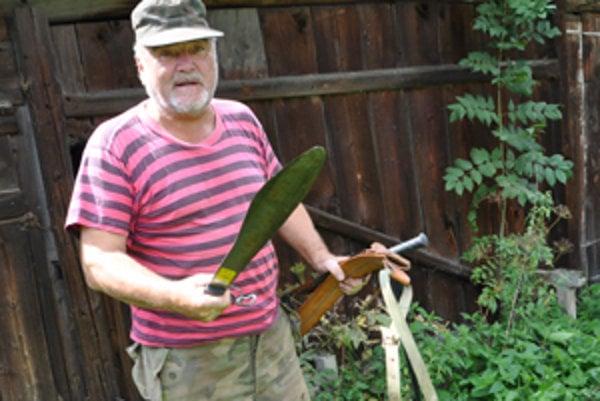 Bez mačety neurobí v džungli ani krok.