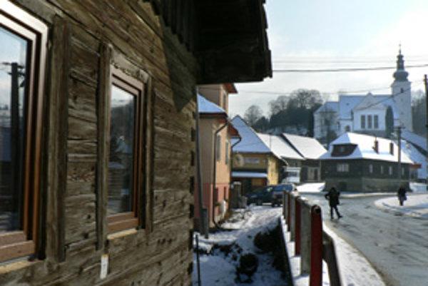 Centrum dediny. Sú tam krčmy aj kultúrny dom, preto sa chlebnická mládež sústreďuje práve v tejto časti obce.