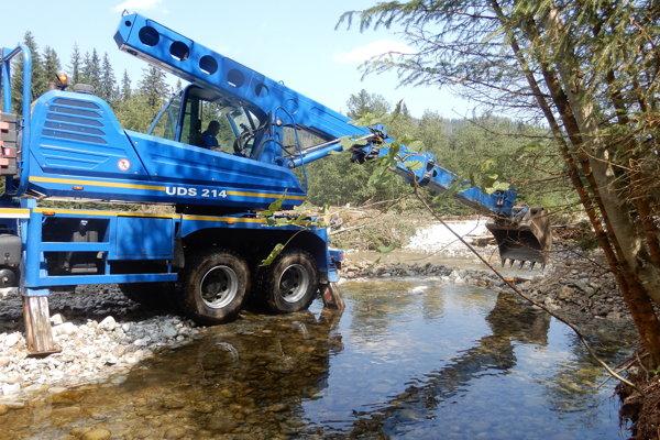 Na snímke ťažké mechanizmy počas zabezpečovacích prác po povodni na potoku Biela voda v Bielovodskej doline vo Vysokých Tatrách
