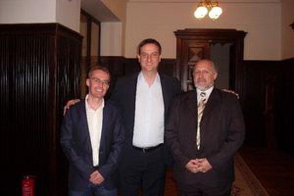 Minister kultúry Daniel Krajcer (v strede) podporí Hviezdoslavov Kubín.