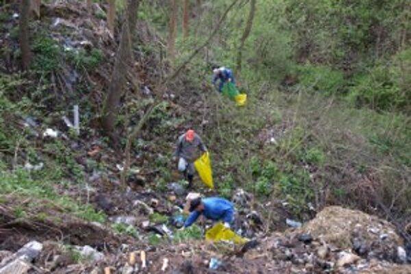 Ľudia bývajúci v Ústí nad Priehradou si z miestneho potoka urobili smetisko.