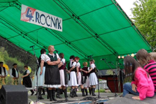 Porubanka. Folklórny súbor zo susednej Oravskej Poruby pri Kolibe nemohol chýbať.