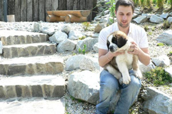 Milan s Bohušom. Chovateľ tvrdí, že bernardíny sú majestátne a krásne psy.