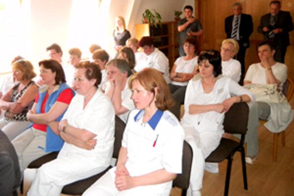 Zamestnanci nemocnice na stretnutí s ministrom.
