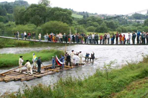Ukážkou stavby plte a splavom po rieke Orave sa Nižňania snažia priblížiť tradíciu mladej generácii.
