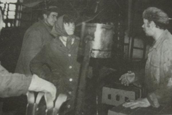Jozef Čučka (vľavo) vo výrobných halách za čias, keď sa tehelni v Zubrohlave darilo.
