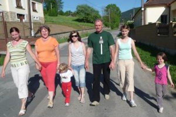 Drahomíra Blahušiaková (druhá zľava)v kruhu rodiny.