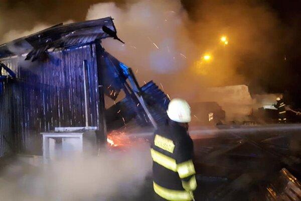 Požiar v areáli nemocnice likvidovali tri desiatky hasičov.
