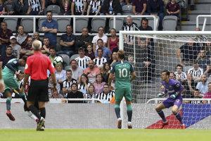Hosťujúci Dele Alli prekonáva Martina Dúbravku a dáva na 2:1 pre Tottenham.