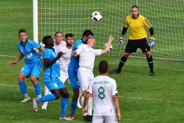 Futbalisti Šale (v modrom) prvý domáci zápas v sezóne zvládli.