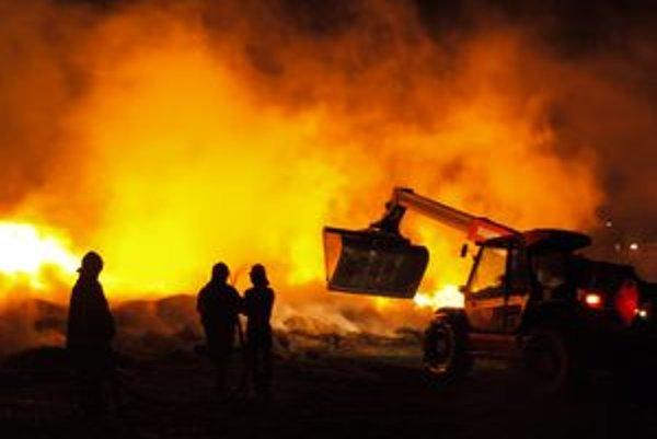 Požiar hasili desiatky profesionálnych i dobrovoľných hasičov.