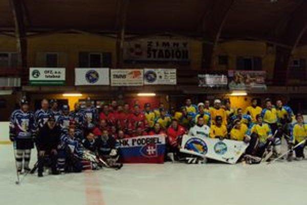 Pred otvorením turnaja. Zľava hokejisti z Liptova, Podbiela a Bosny a Hercegoviny.