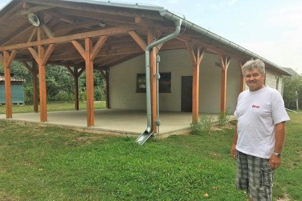 Jozef Barka nás previedol záhradkárskou osadou Priateľstvo. Takýto kultúrny dom, teda Dom záhradkárov by mohli závidieť aj niektoré obce.