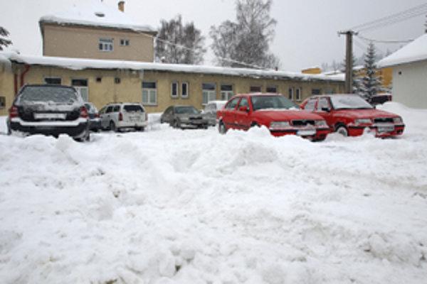 Časť parkoviska pred trstenskou nemocnicou bola zablokovaná haldami snehu. Roztopili sa minulý týždeň.