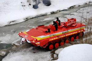 Obrnený transportér na zamrznutom toku Bielej Oravy.