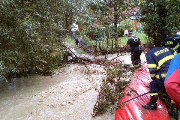 Starostovia kysuckých obcí hovoria, že problém treba hľadať vo vyťažovaní lesov a v zanedbanom čistení vodných tokov. Snímka je z obce Zákopčie.