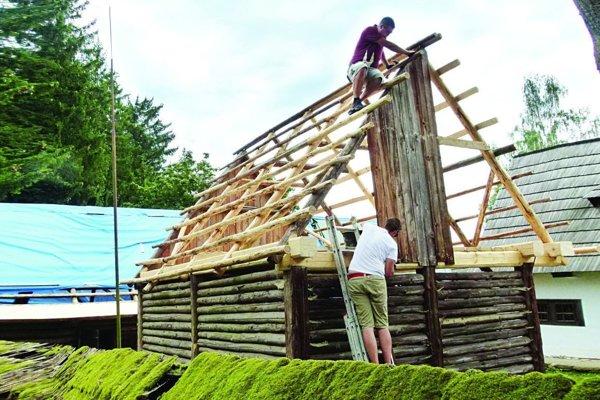 Stavbári sa už pustili do opráv jednotlivých budov.