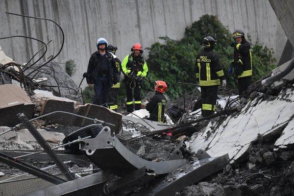 Trosky mosta budú záchranári prehľadávať ďalej.