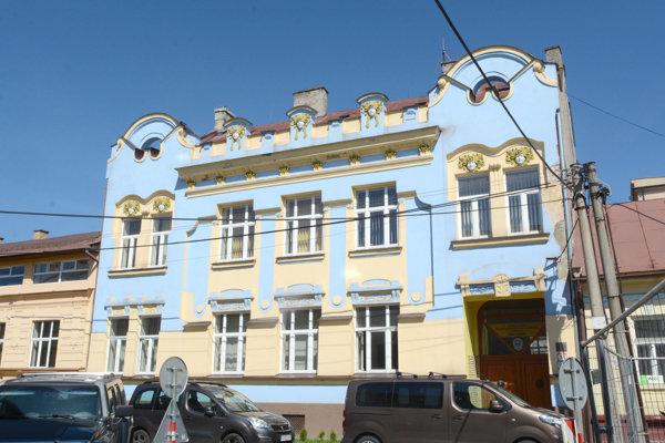 Pôvodne mestská budova prešla do vlastníctva Vysokej školy bezpečnostného manažérstva a tá ju previedla na svojho spoluzakladateľa a väčšinového vlastníka – rektora Mariána Mesároša.