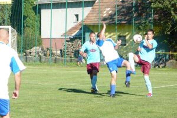 Horná Poruba (v modrom) sa proti Podoliu dočkala prvej výhry v sezóne.