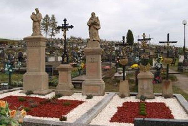 Hrob, v ktorom sú pochovaní traja hruštínski kňazi - Valent Hutyra, Ľudovít Spiricza a Ondrej Šaliga, - je obnovený, nápis je znova čitateľný.