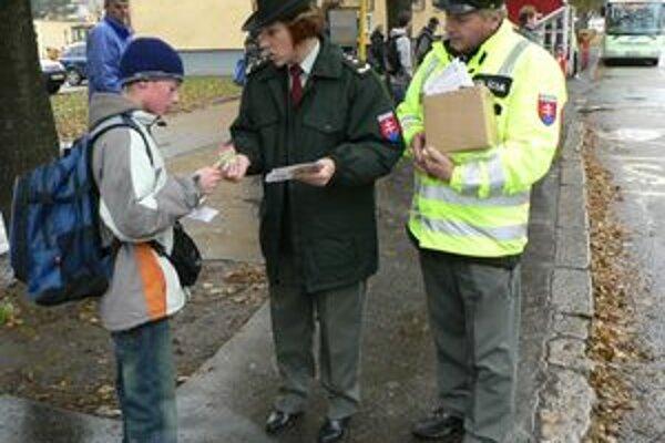 Na vytypovanom prechode pre chodcov dnes dolnokubínski policajti upozorňovali školákov, ako sa majú správať na ceste.