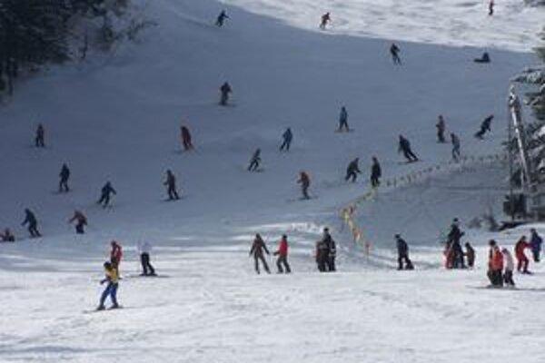 Aby sa deti nemuseli lyžovať na preplnených zjazdovkách spolu so skúsenými lyžiarmi, v strediskách majú vyčlenené miesta len pre seba.