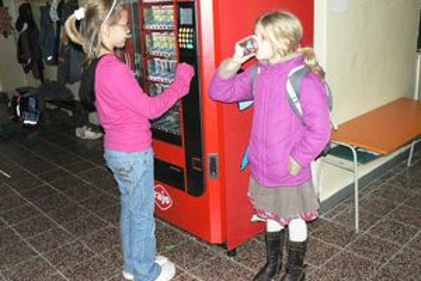 Deti aj vedenie ZŠ si nové prírastky so zdravou výživou na chodbách školy pochvaľujú.