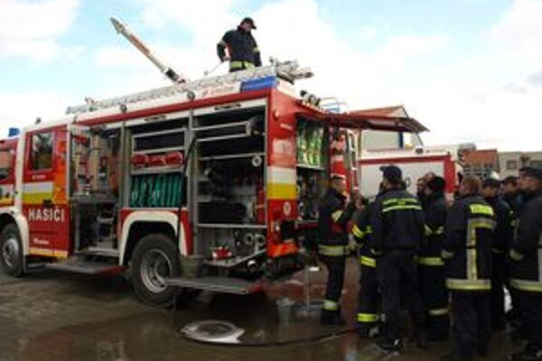 Všetci tvrdošínski profesionálni hasiči museli najskôr prejsť školením na obsluhu nového vozidla.