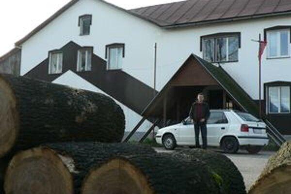 Drevo zo spílených jaseňov pred obecným úradom poslúži na vykurovanie jeho priestorov.