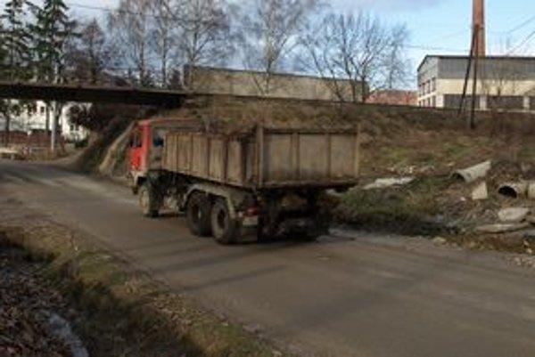 Železničný most v Trstenej smerom na Brezovicu straší vodičov aj obyvateľov okolitých domov.
