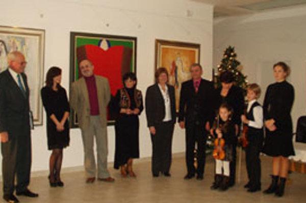 Účastníci slávnosti v galérii.